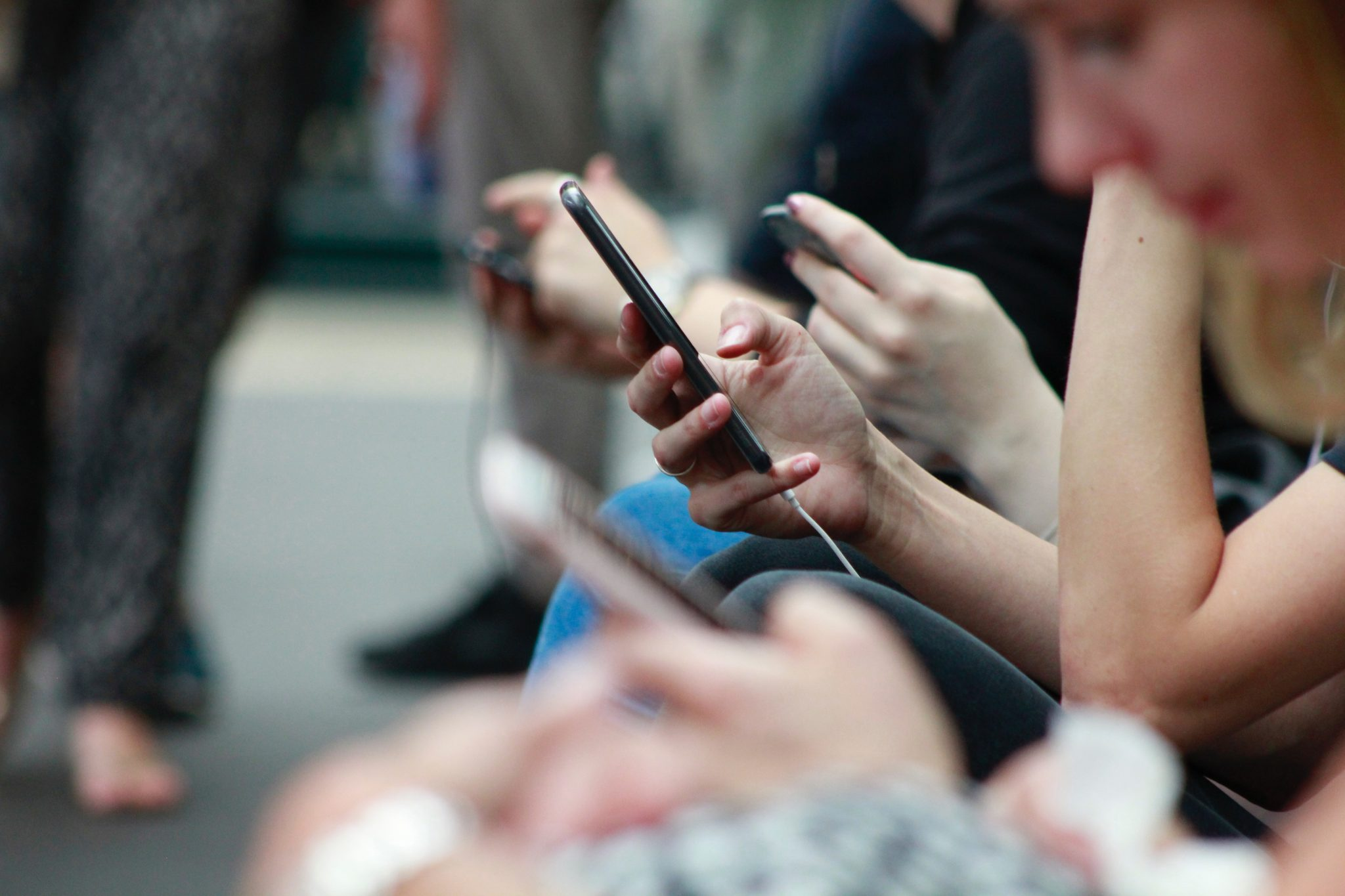 personnes utilisant des téléphones portables