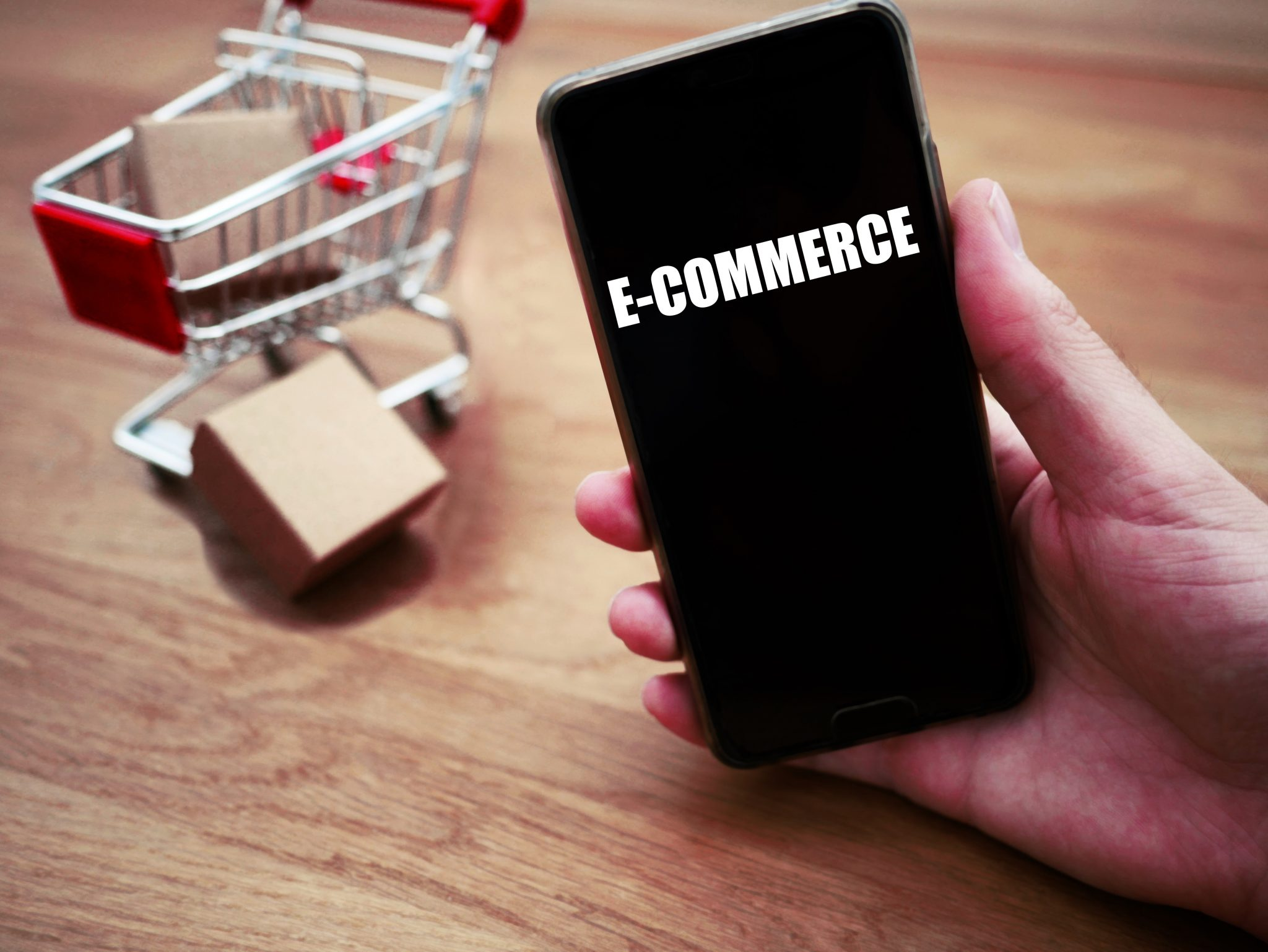 photo d'un mobile avec écrit e-commerce